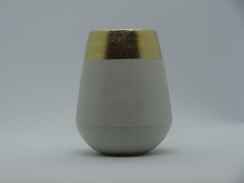 Kleine konische Vase mit breitem Goldband